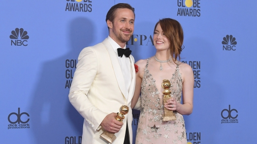 Ράιαν Γκόσλινγκ και ΄Εμμα Στόουν με τις Χρυσές Σφαίρες τους στο La La Land